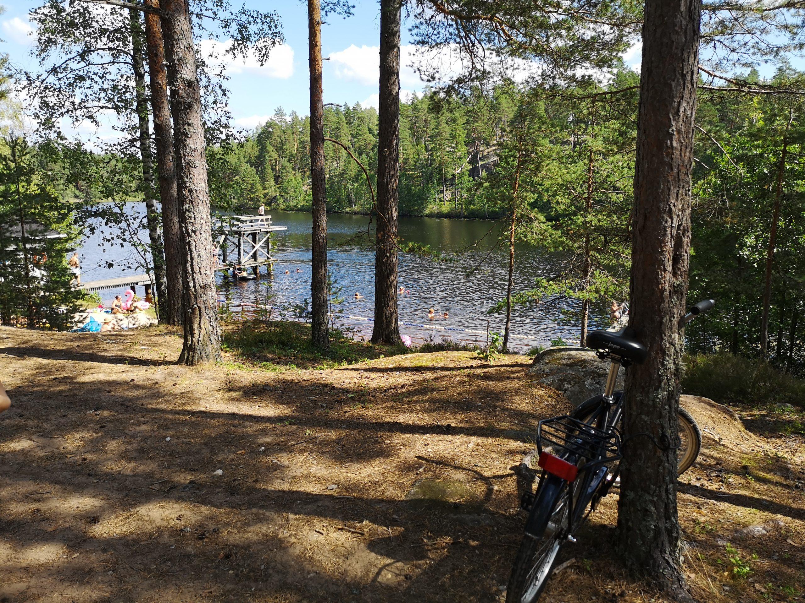 Pyörä Hossuksen uimarannan puuta vasten